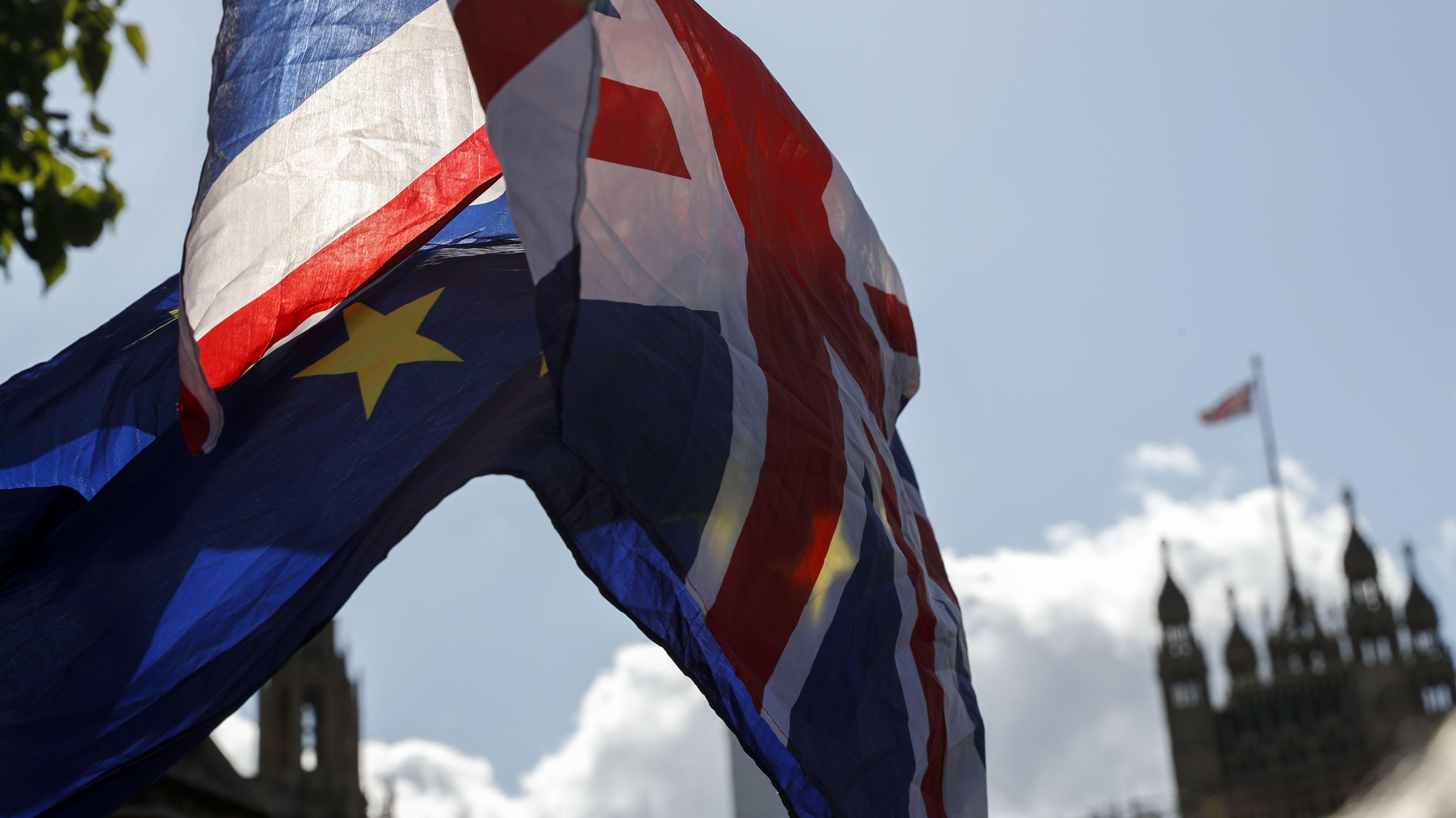 Fahnen wehen vor dem Parlament in London