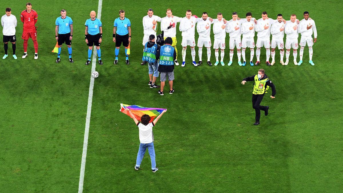 Kurz vor dem Anpfiff des Fußball-EM-Spiels zwischen Deutschland und Ungarn ist ein Flitzer auf dasSpielfeld der Münchner Arena gelaufen.