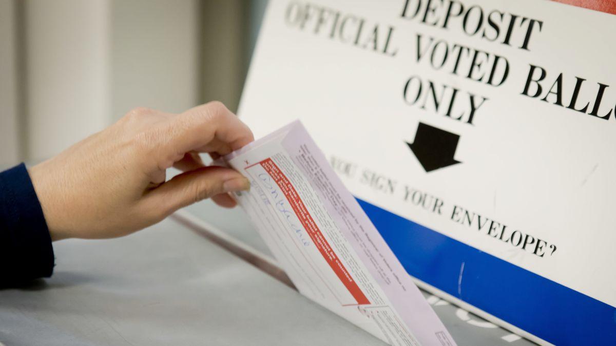 Wahlurne mit Umschlag bei Vorwahlen in Kalifornien