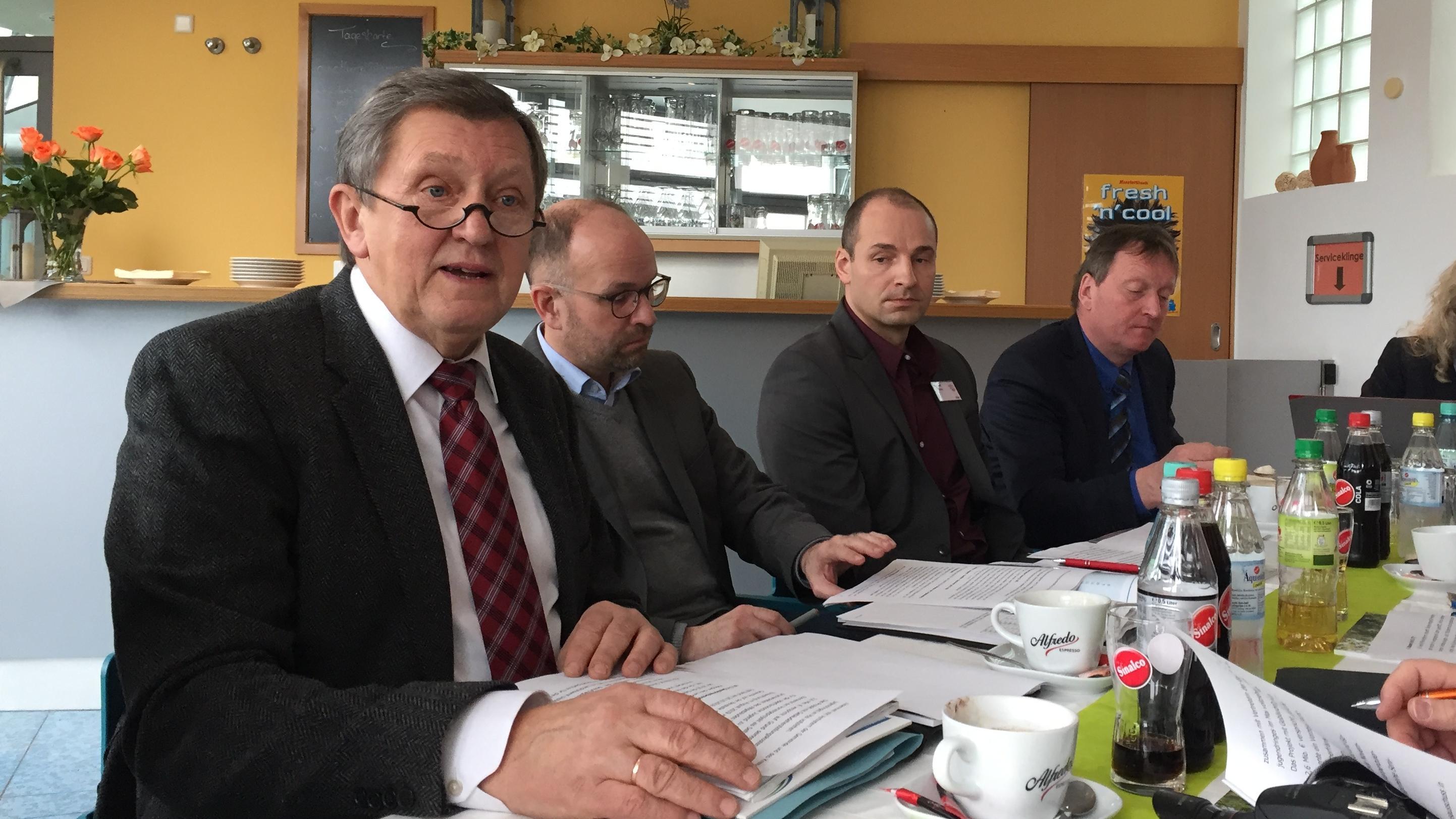 Landrat hermann Hübner an einem Tisch bei einer Pressekonferenz