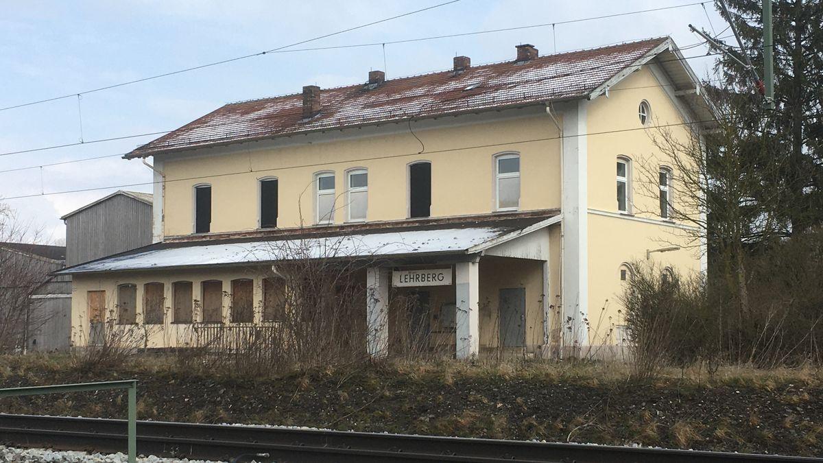 Bahnhofsgebäude in Lehrberg im Landkreis Ansbach