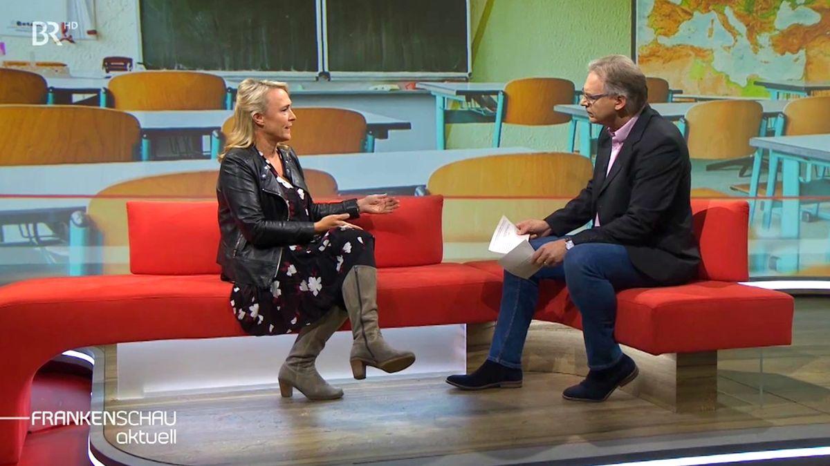 Sandra Schäfer vom Nürnberger Lehrerinnenverein im Gespräch mit Moderator Charly Hilpert