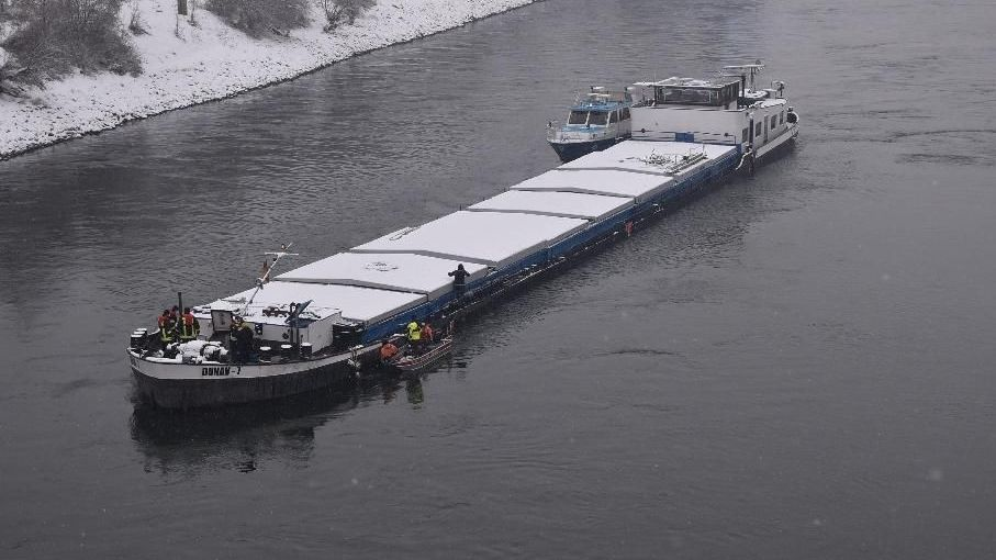 Das havarierte Güterschiff auf der Donau