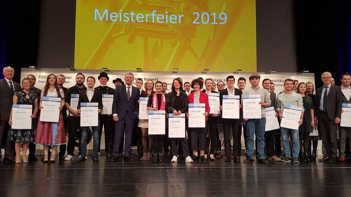 Junge Menschen erhalten in München ihren Meisterbrief