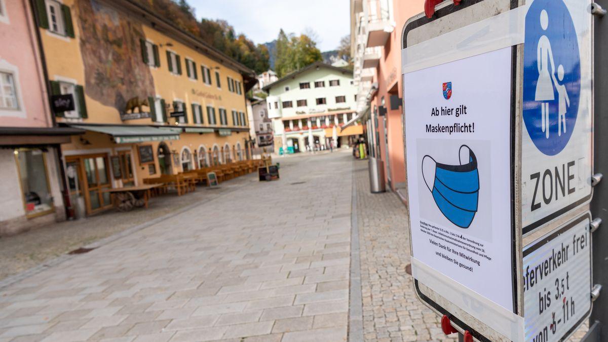 """Berchtesgaden: Ein Schild mit der Aufschrift """"Ab hier gilt Maskenpflicht!"""" hängt am Eingang zur Fußgängerzone in der Innenstadt."""