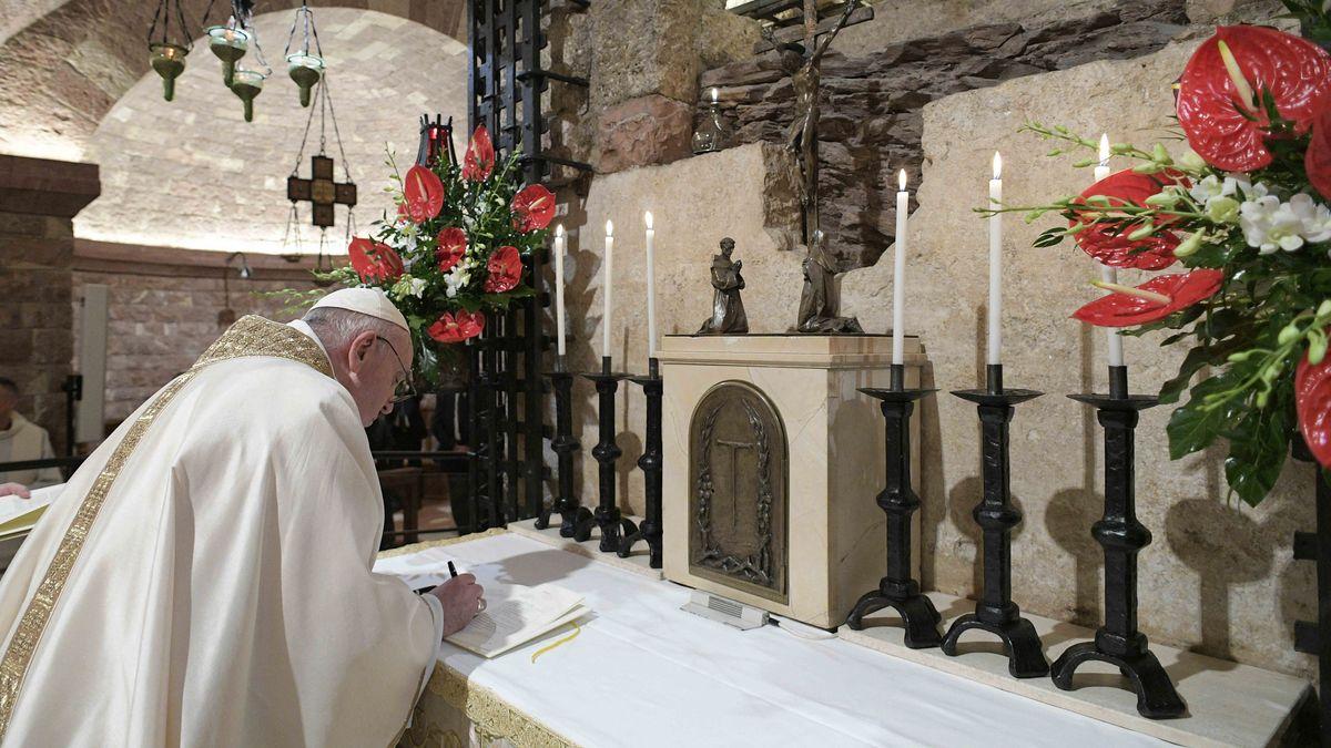 """Papst Franziskus signiert seine neue Enzyklika """"Fratelli tutti"""""""