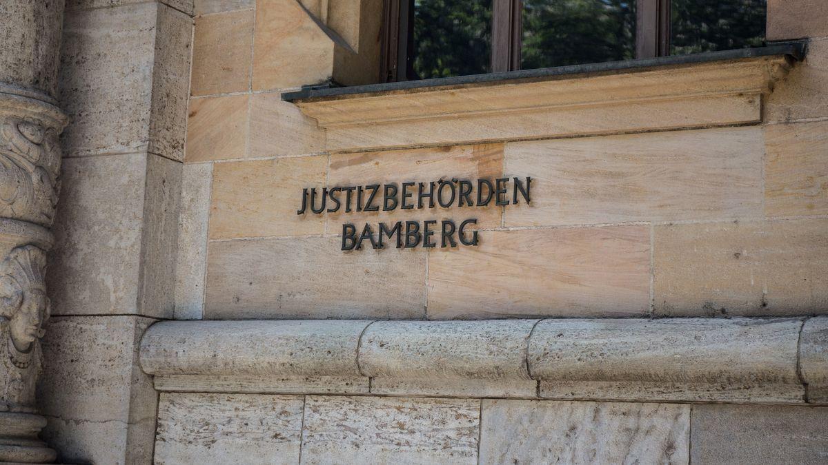 """""""Justizbehörden Bamberg"""" steht an einer Hauswand."""