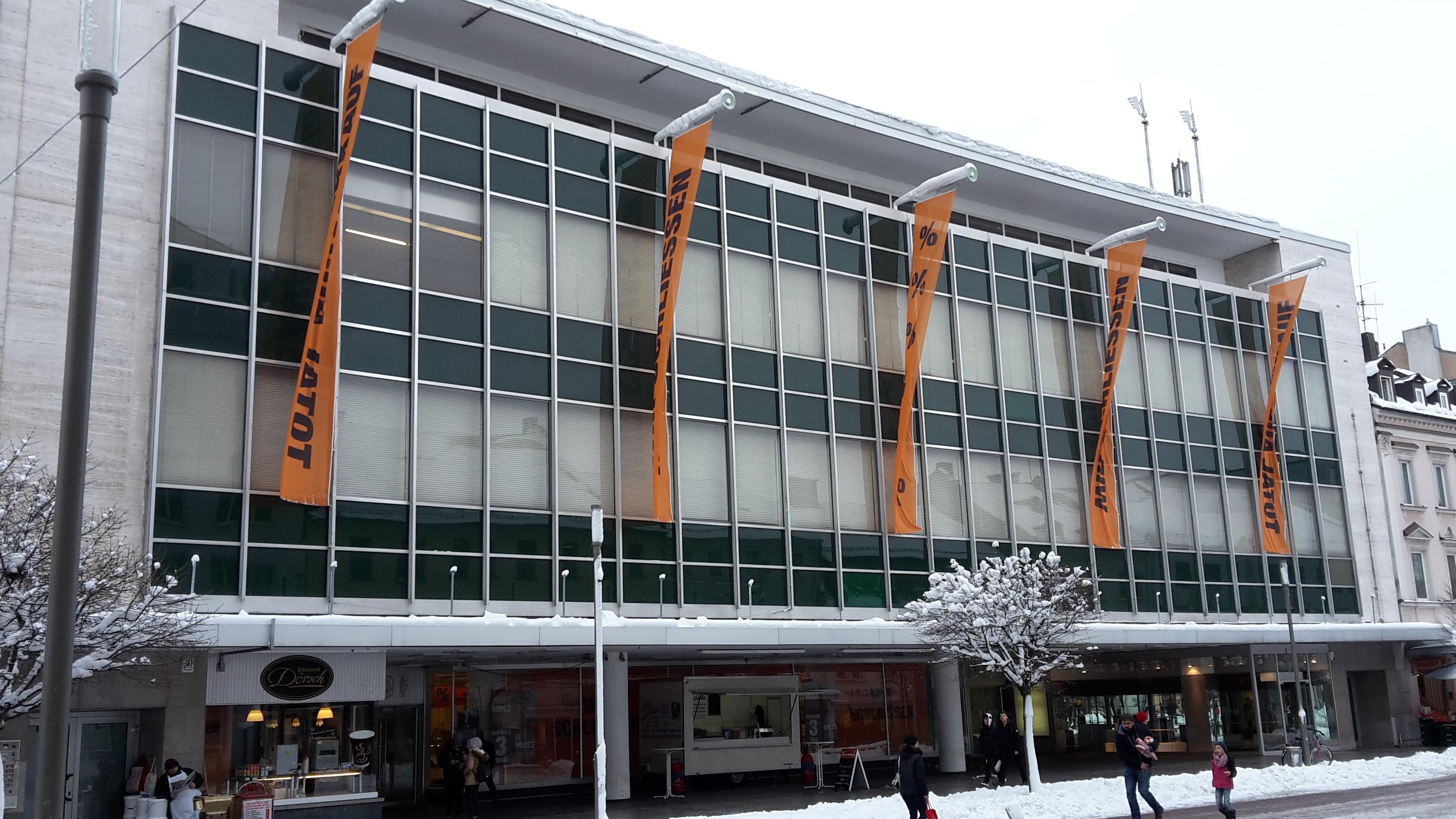 Orange Flaggen hängen an der Hofer Kaufhof Filiale: darauf zu lesen: Wir schließen