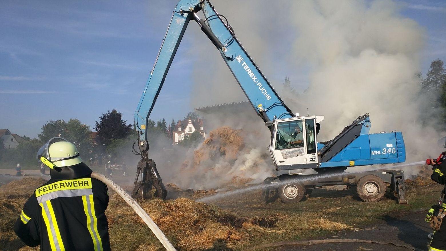 Feuerwehr an der brennenden Scheune in Heilsbronn