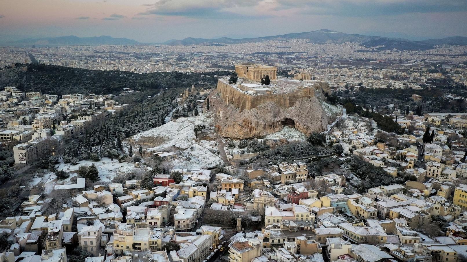 Schnee bedeckt Dächer des Stadtviertels Plaka und die Akropolis. In Teilen Griechenlands schränkte Schneefall am Dienstag den Verkehr ein.