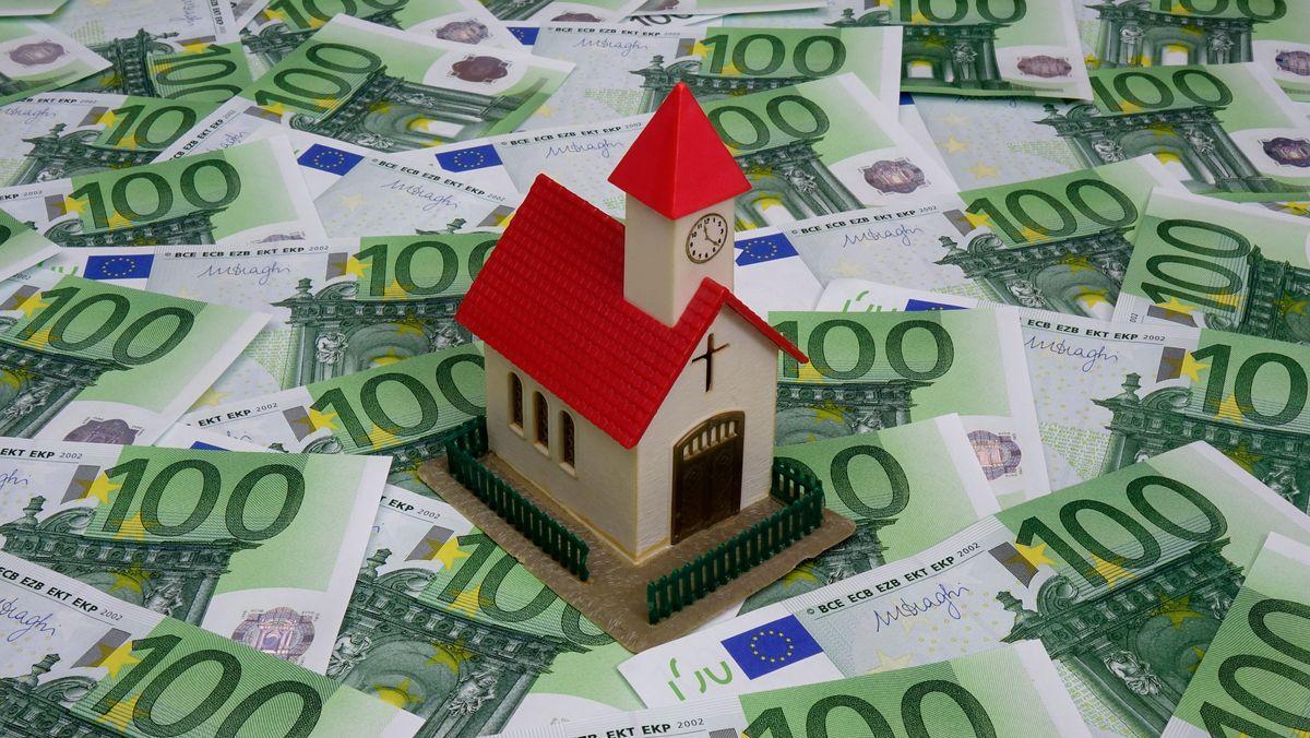 Auf 100-Euro-Scheinen steht ein Kirchenmodell.