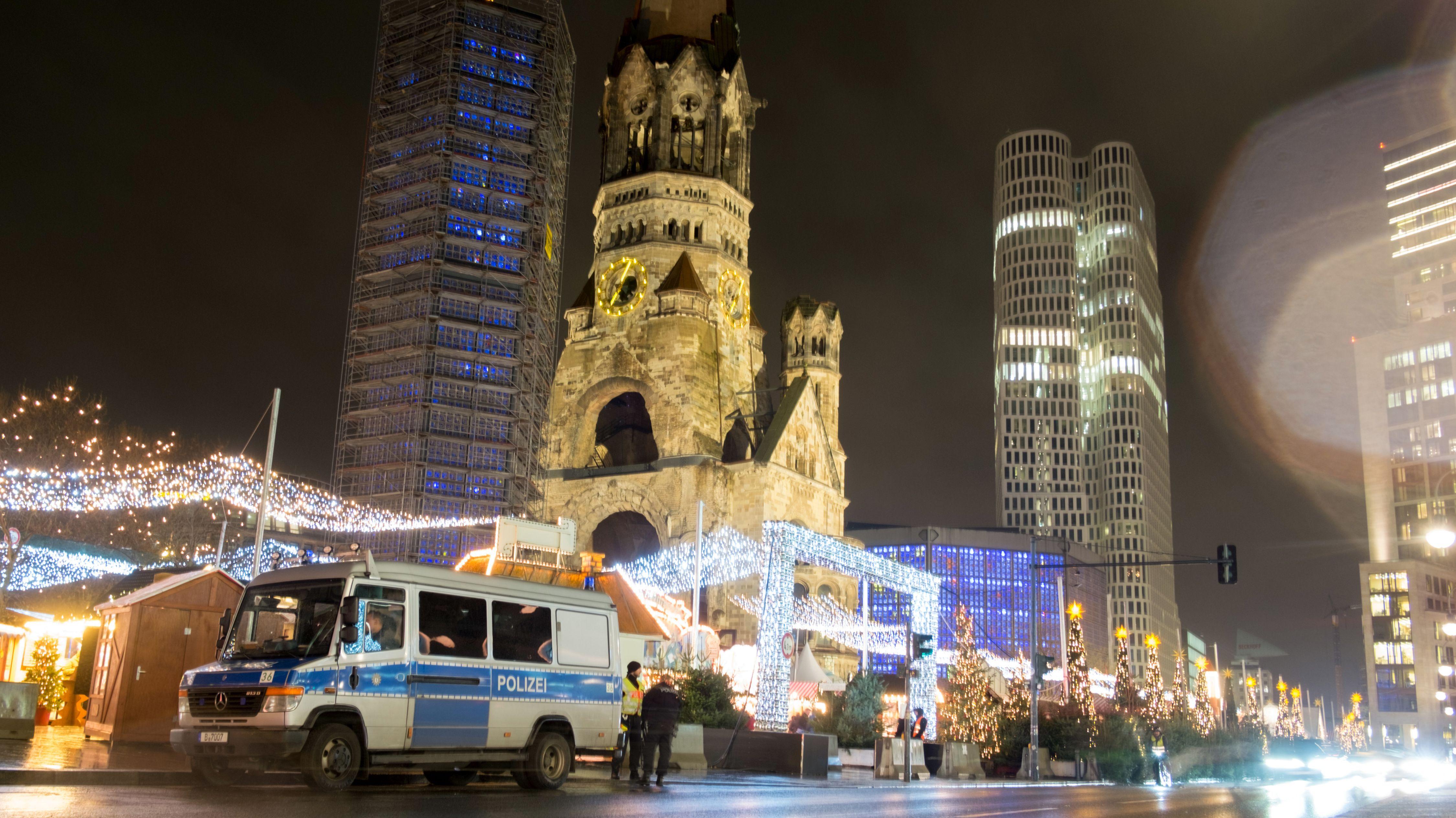 Polizeiauto an einem Eingang zum Weihnachtsmarkt am Breitscheidplatz in Berlin