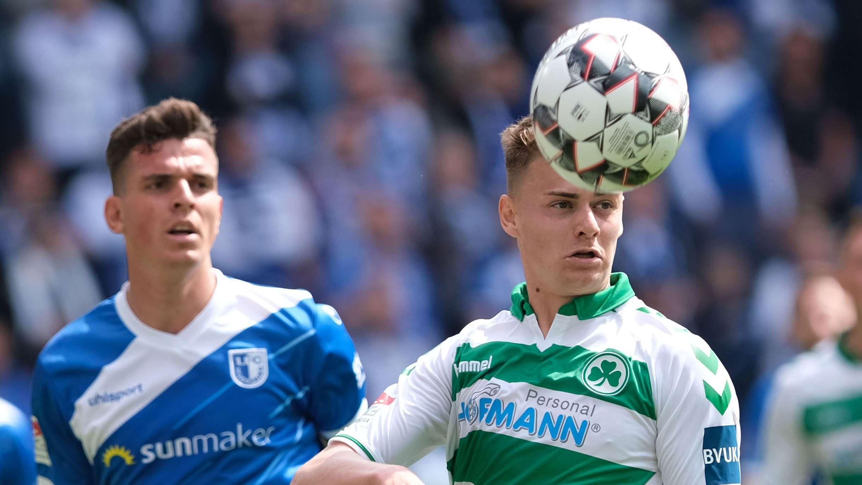Magdeburgs Tobias Müller (l) und Fürths Daniel Steininger kämpfen um den Ball.