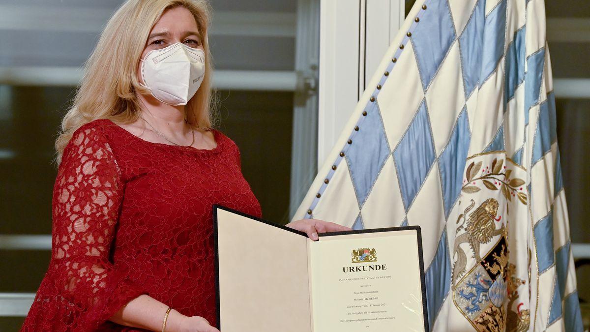 Melanie Huml (CSU), ehemalige Gesundheitsministerin und jetzige Europaministerin von Bayern, hält ihre Ernennungsurkunde in den Händen.