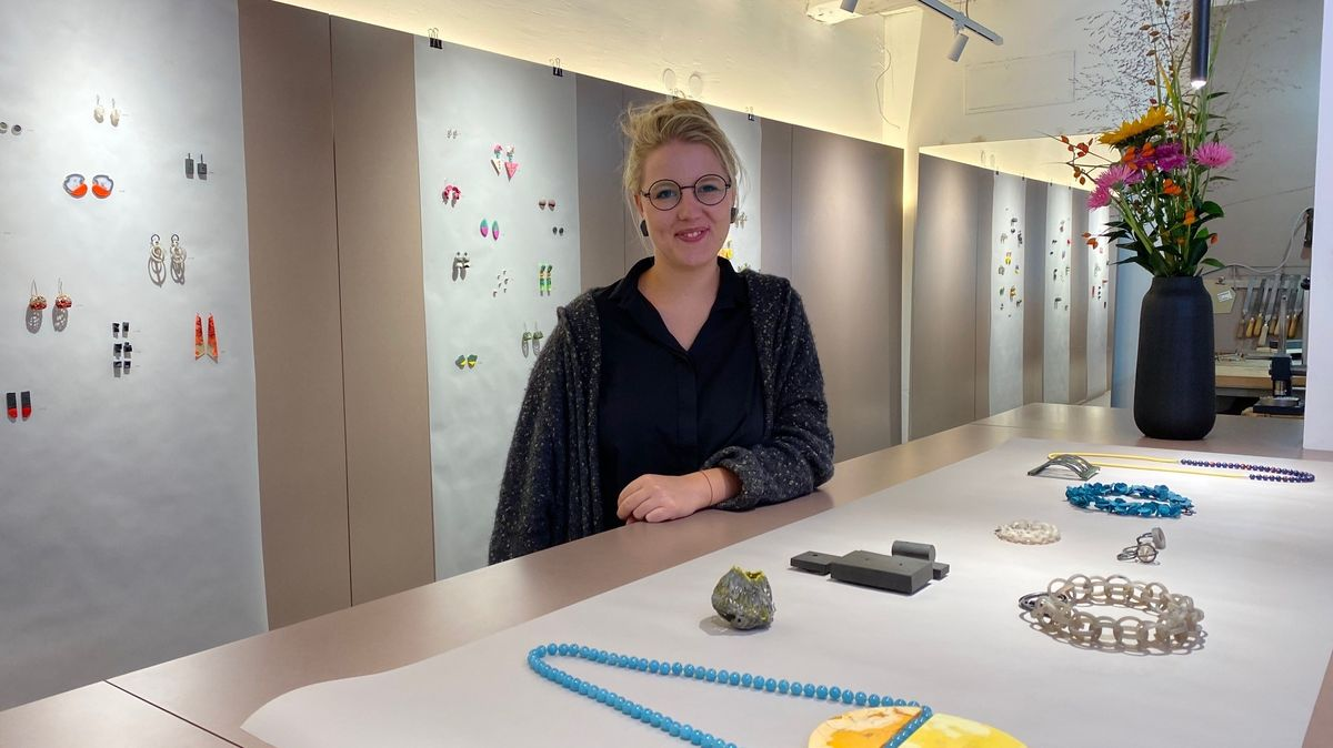 Goldschmiedin Hannah Rembeck in ihrer Galerie in der Regensburger Altstadt