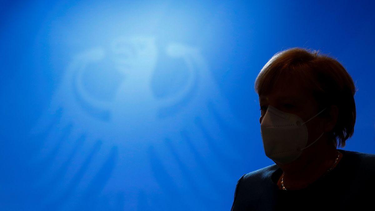 Kanzlerin Merkel vor Bundeswappen