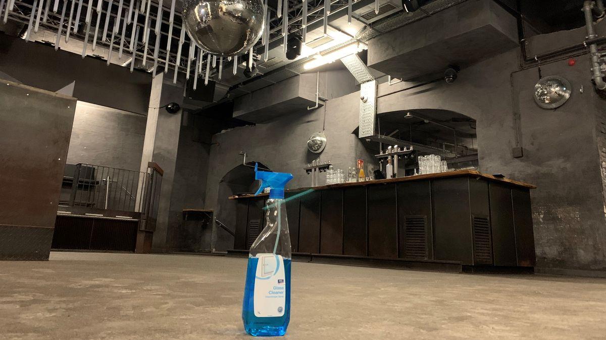 """Putzmittel vor leerer Tanzfläche im """"Beats Club"""" in Regensburg."""