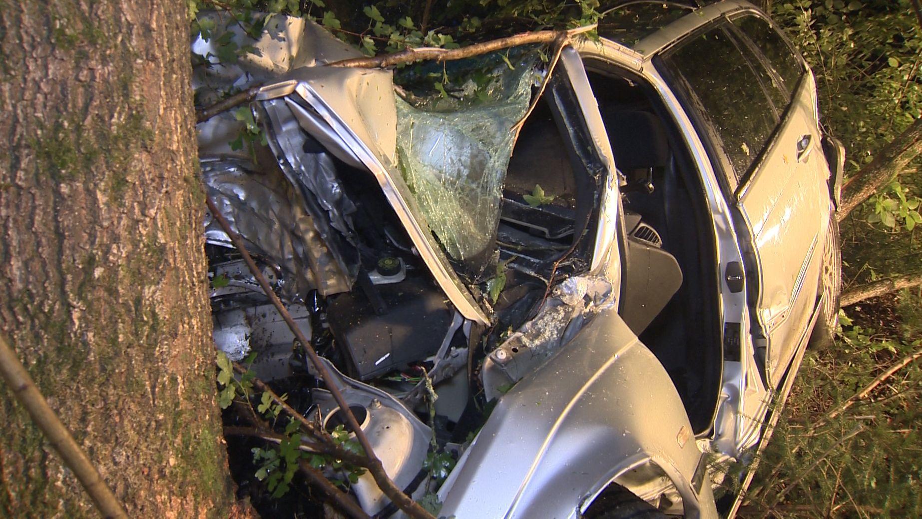 Ein Autofahrer prallt bei Wasserburg gegen einen Baum. Der Wagen wird bei dem Unfall völlig demoliert