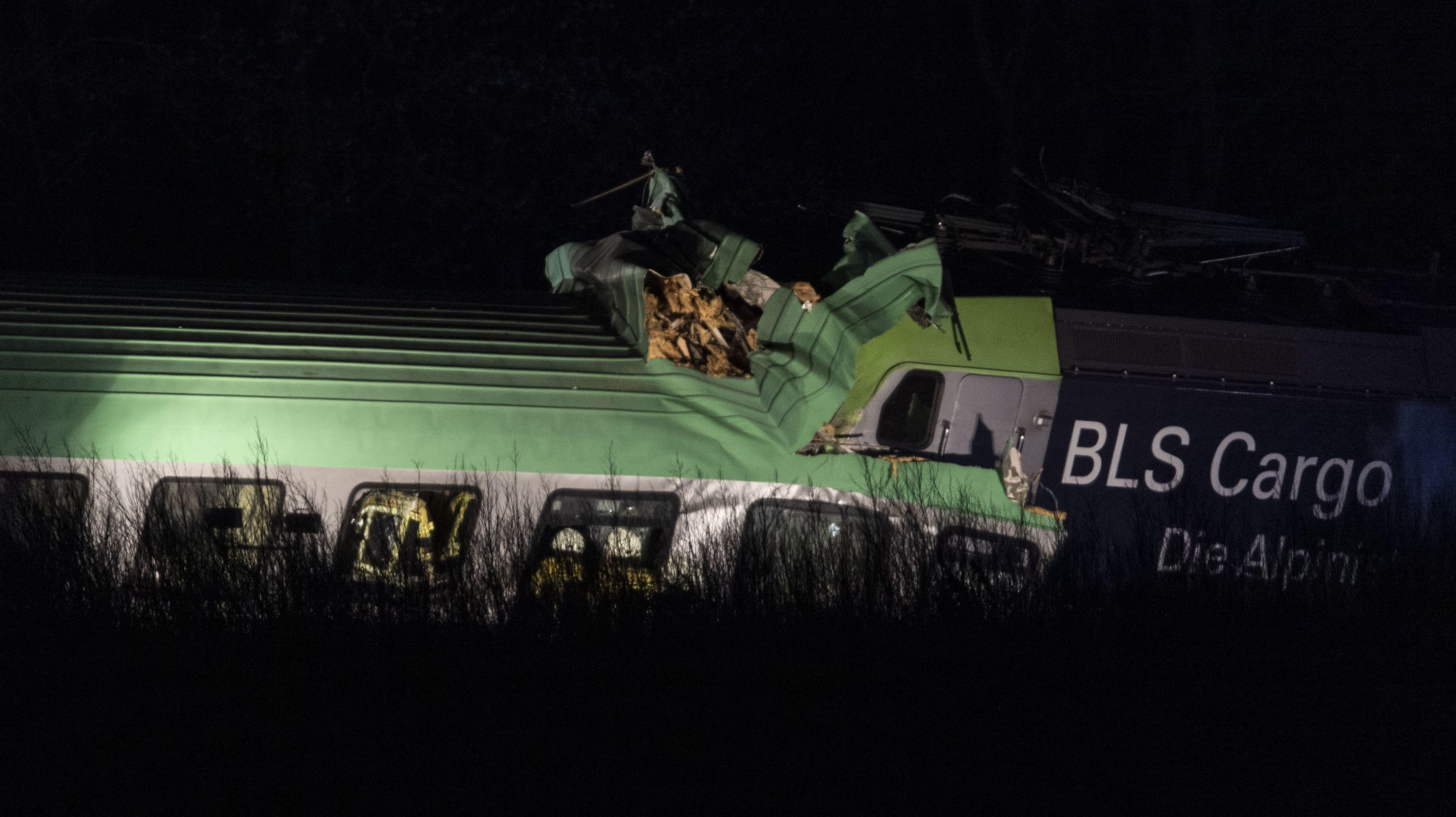 Der Güterzug, der Lastwagen geladen hatte, ist auf der Rheintalstrecke mit Teilen einer Brücke kollidiert.