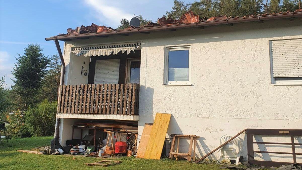 Bei diesem Haus wurde das Dach stark beschädigt. Bei näherem Hinsehen erkennt man aber auch...