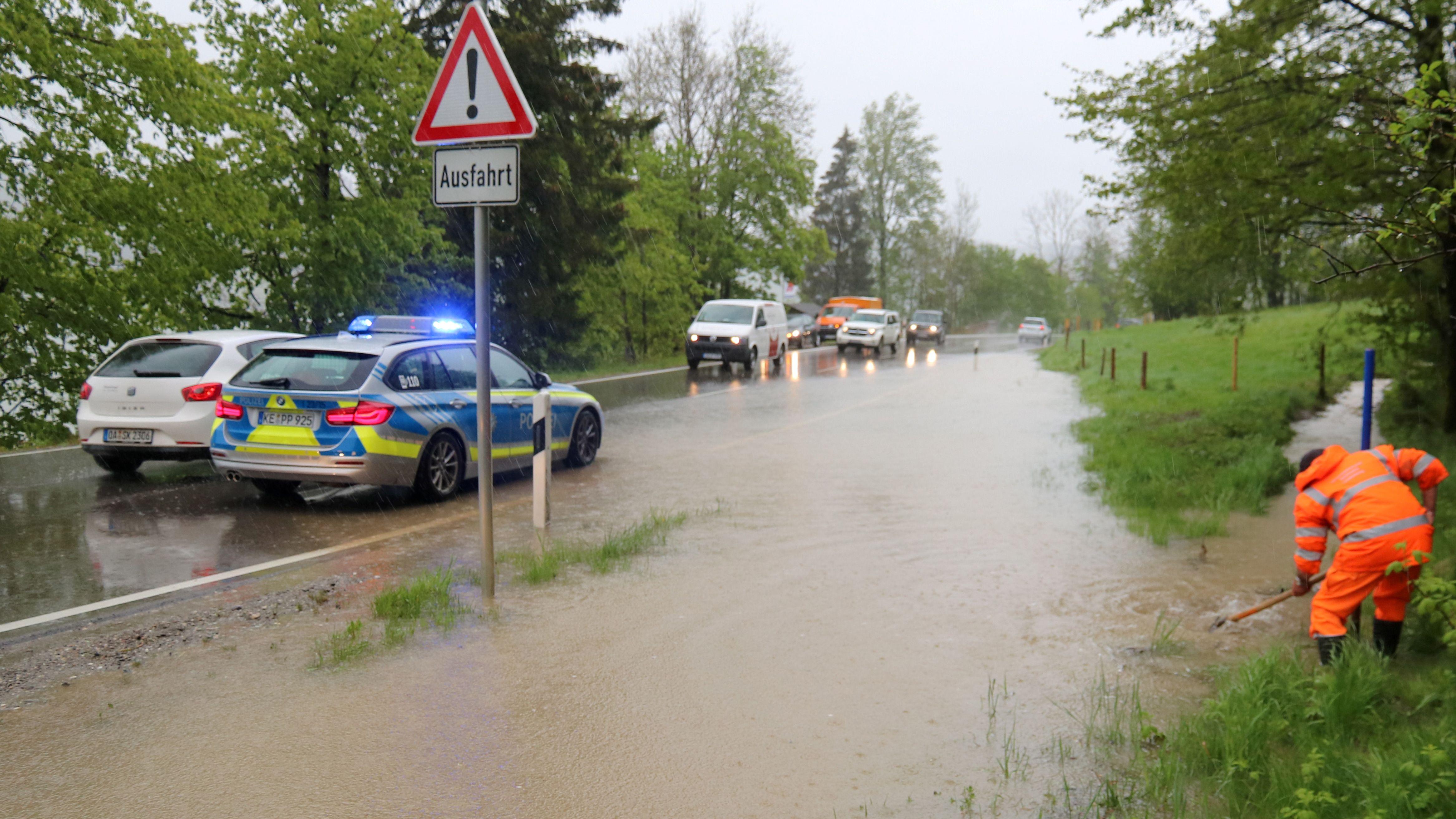 Autos fahren auf einer überschwemmten Straße