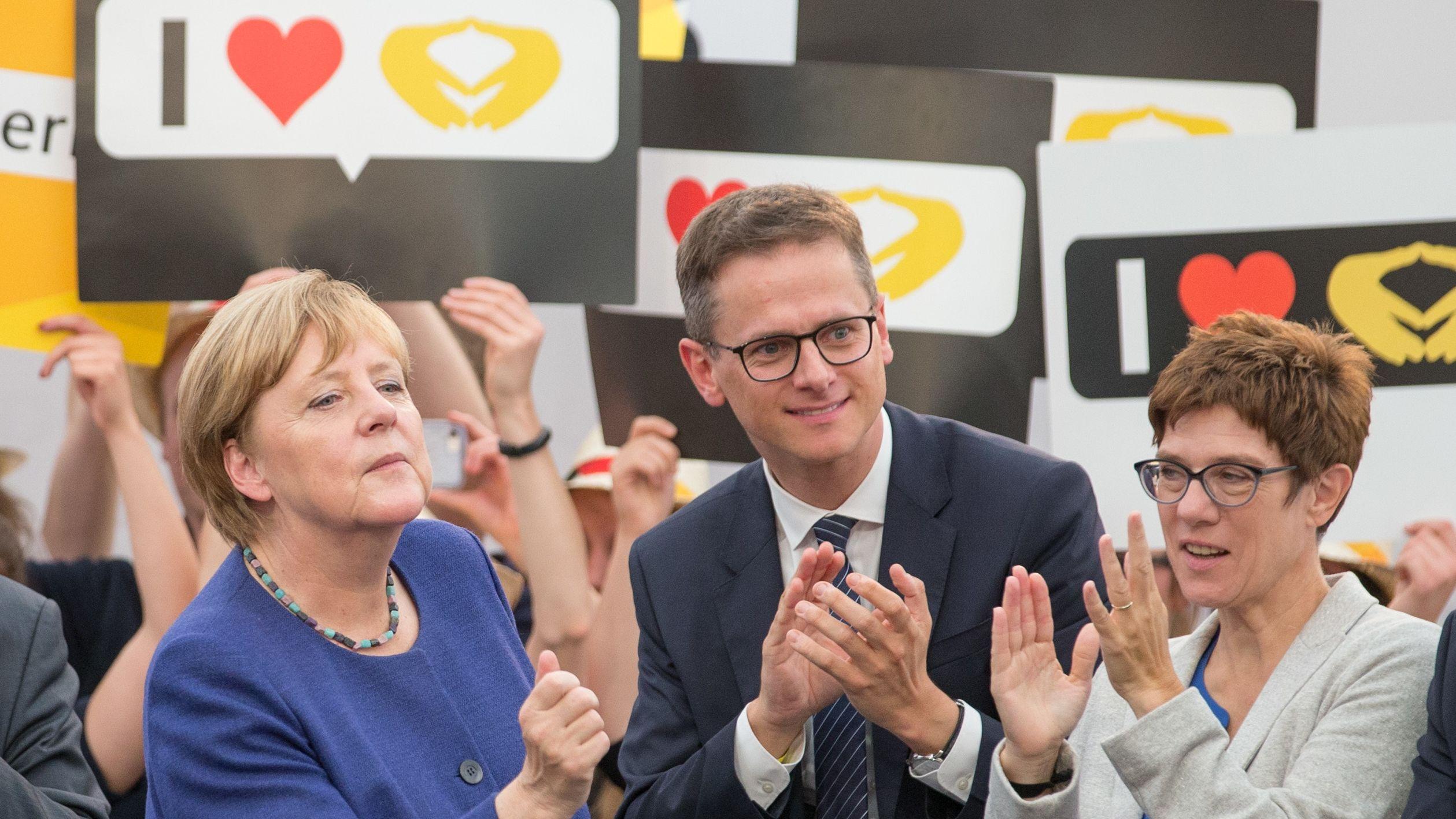 Angela Merkel, Carsten Linnemann und Annegret Kramp-Karrenbauer (v.l.) 2017 bei einer Wahlkampfveranstaltung in NRW.