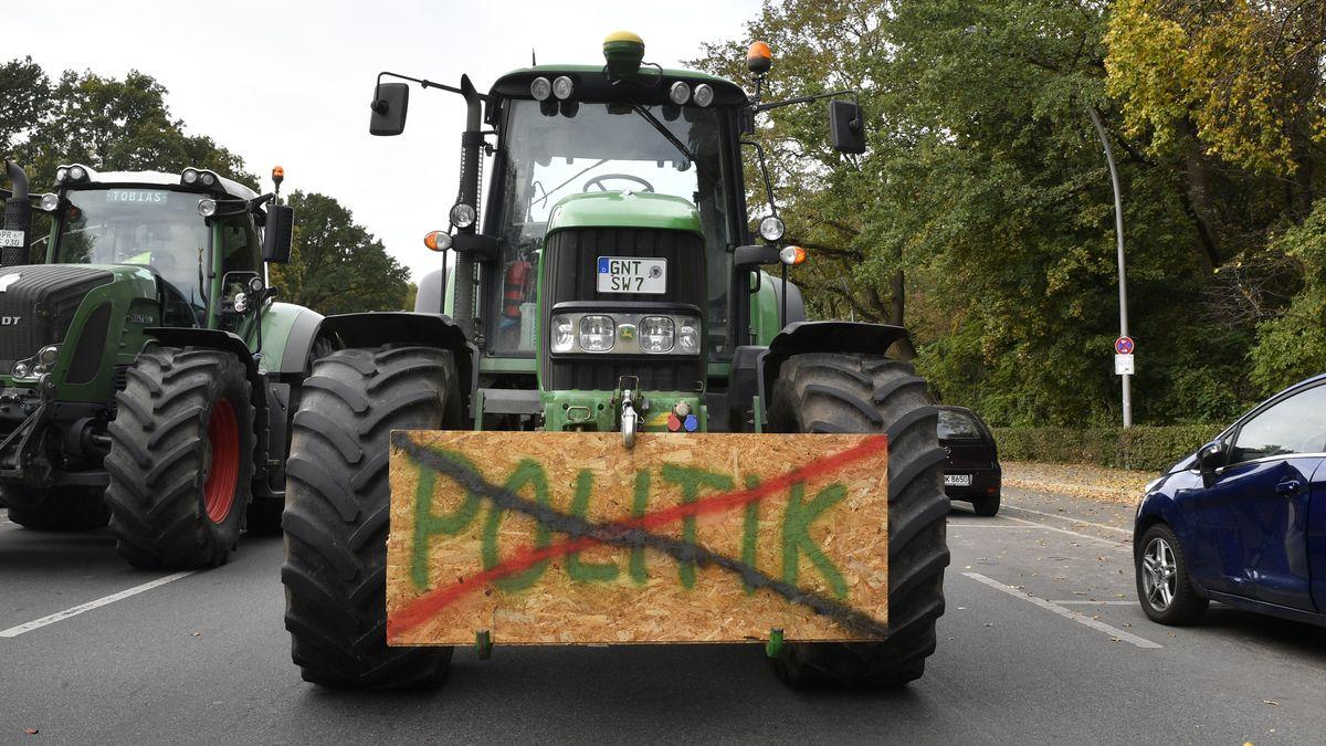 Bauern protestieren auf einer Sternfahrt mit 450 Traktoren gegen die Agrarpolitik der Bundesregierung am Großen Stern.