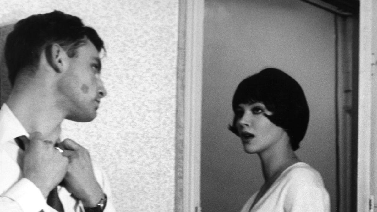 Die Schauspielerin Anna Karina mit Pagenkpof und Andre S. Labarthe in einem Film von Godard