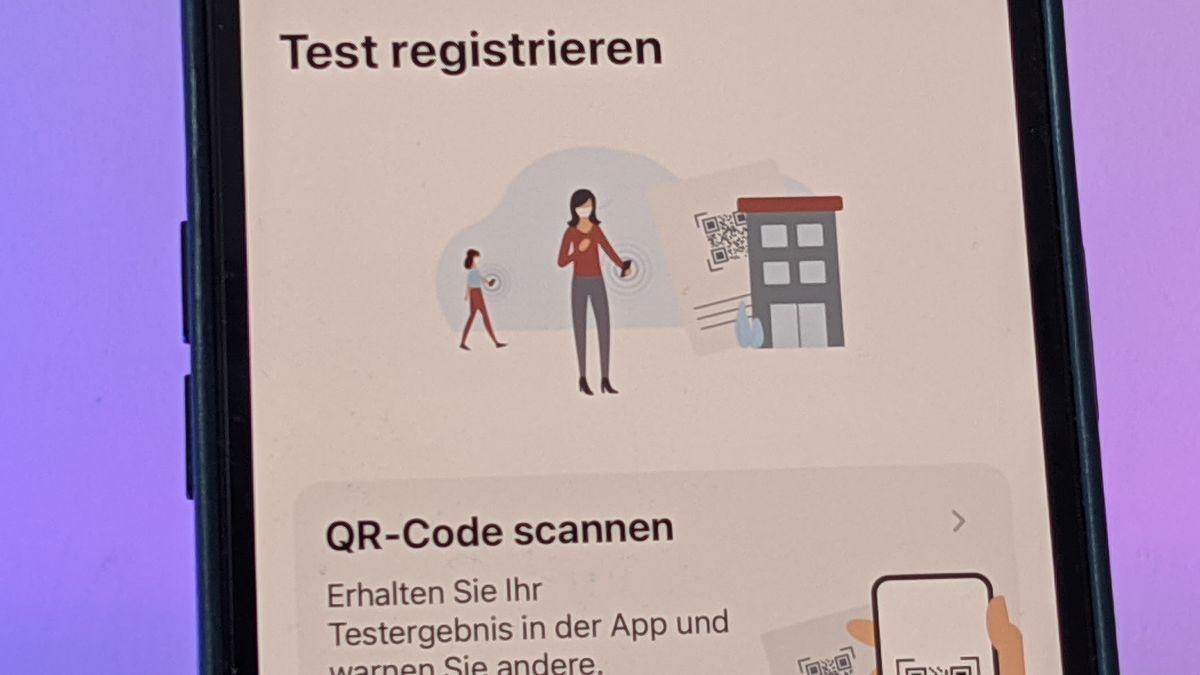 Handy mit Symbolen aus der Corona-Warn-App