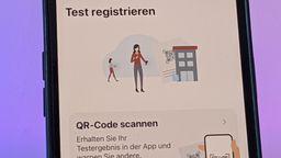 Handy mit Symbolen aus der Corona-Warn-App | Bild:picture alliance