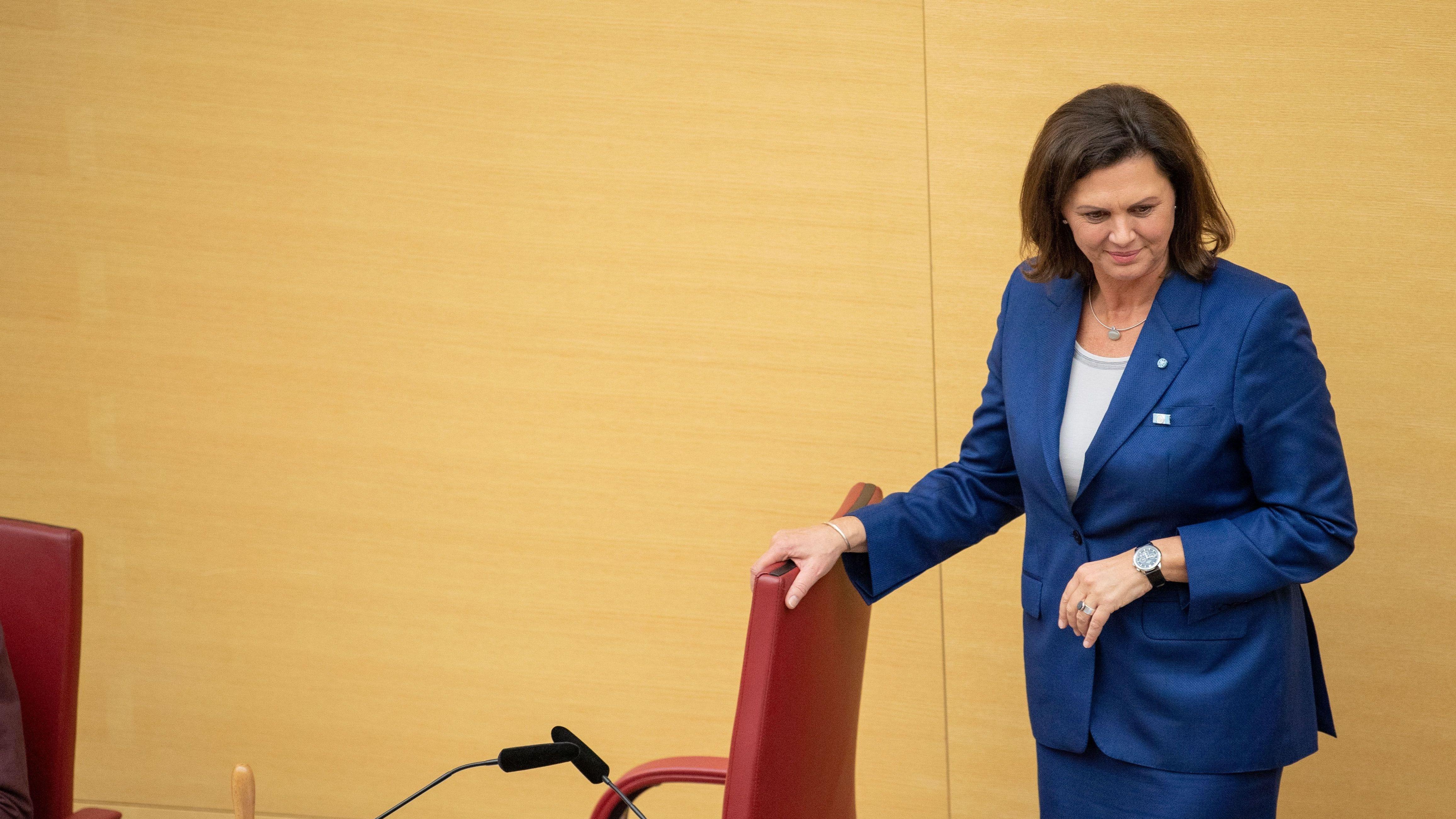 5. November 2018: Ilse Aigner (CSU) steht nach der Wahl zur Landtagspräsidentin an ihrem neuen Platz.