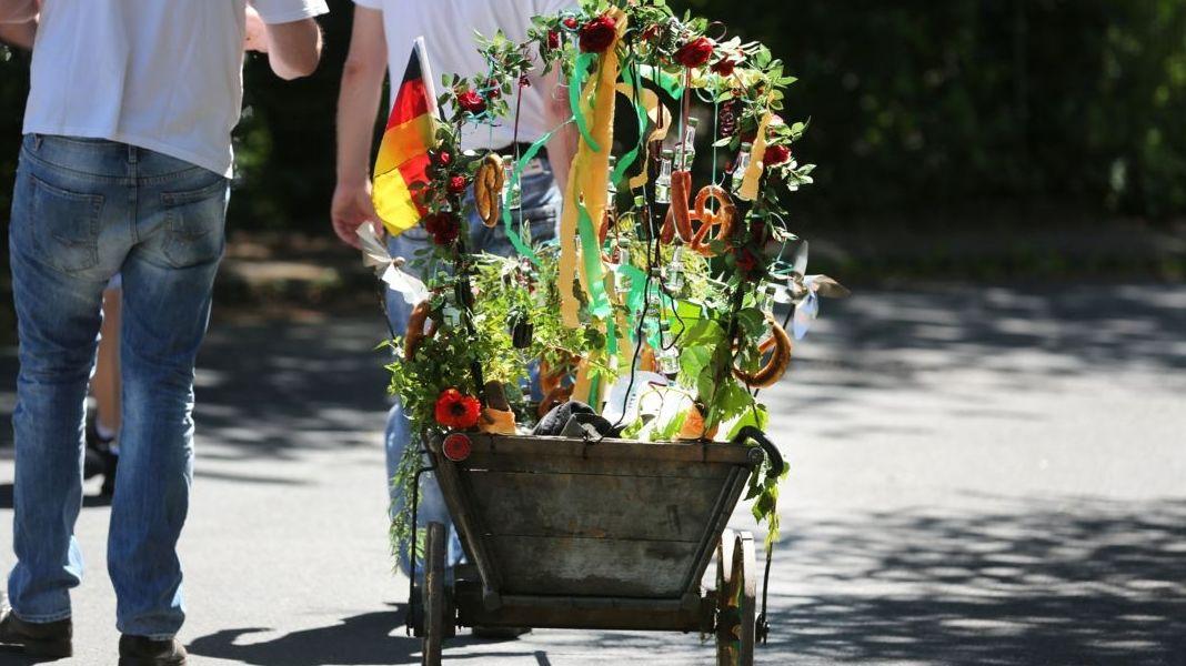 Gruppen von Vätern ziehen am Vatertag mit Bollerwagen und Bier um die Häuser.