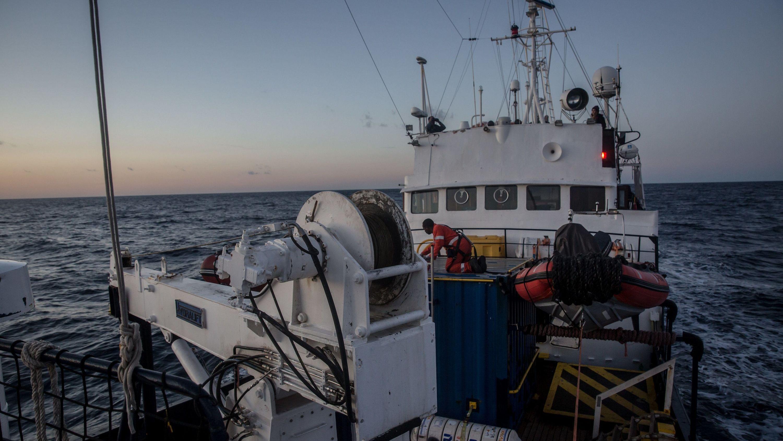 """Das deutschen Rettungsschiff """"Alan Kurdi"""" fährt während einer Rettungsaktion auf dem Mittelmeer."""