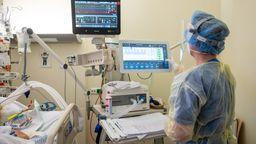 Eine Pflegerin schaut sich in der Intensivstation die Werte eines Beatmungsgeräts an mit dem ein Patient mit einem schweren Covid-19 Krankheitsverlauf behandelt wird | Bild:dpa-Bildfunk/Christophe Gateau