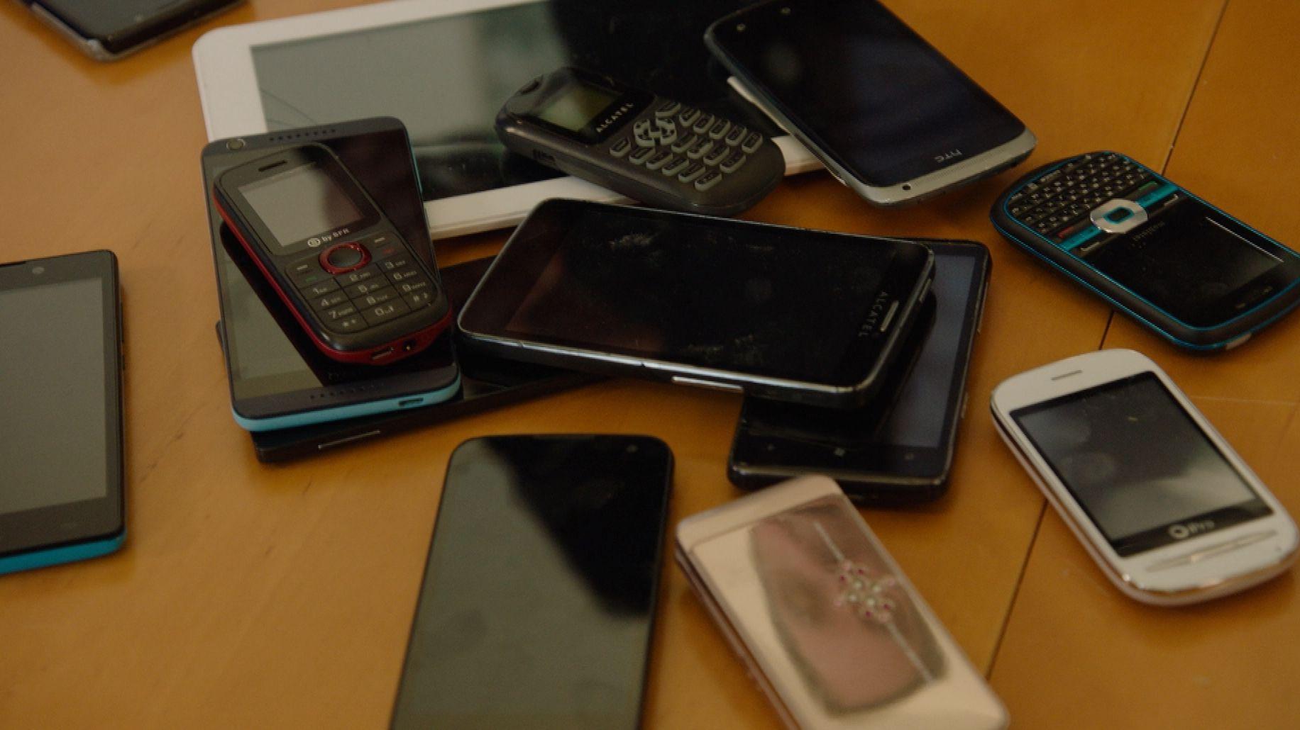 Handys auf einem Tisch