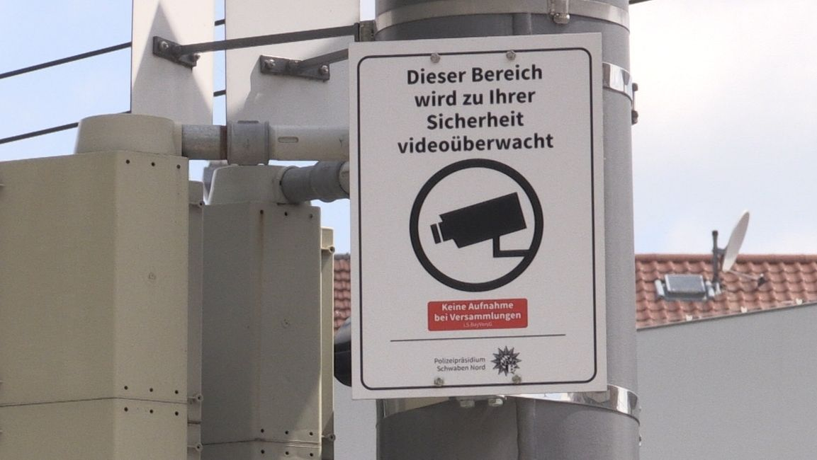 Hinweisschild auf Videoüberwachung am Augsburger Königsplatz
