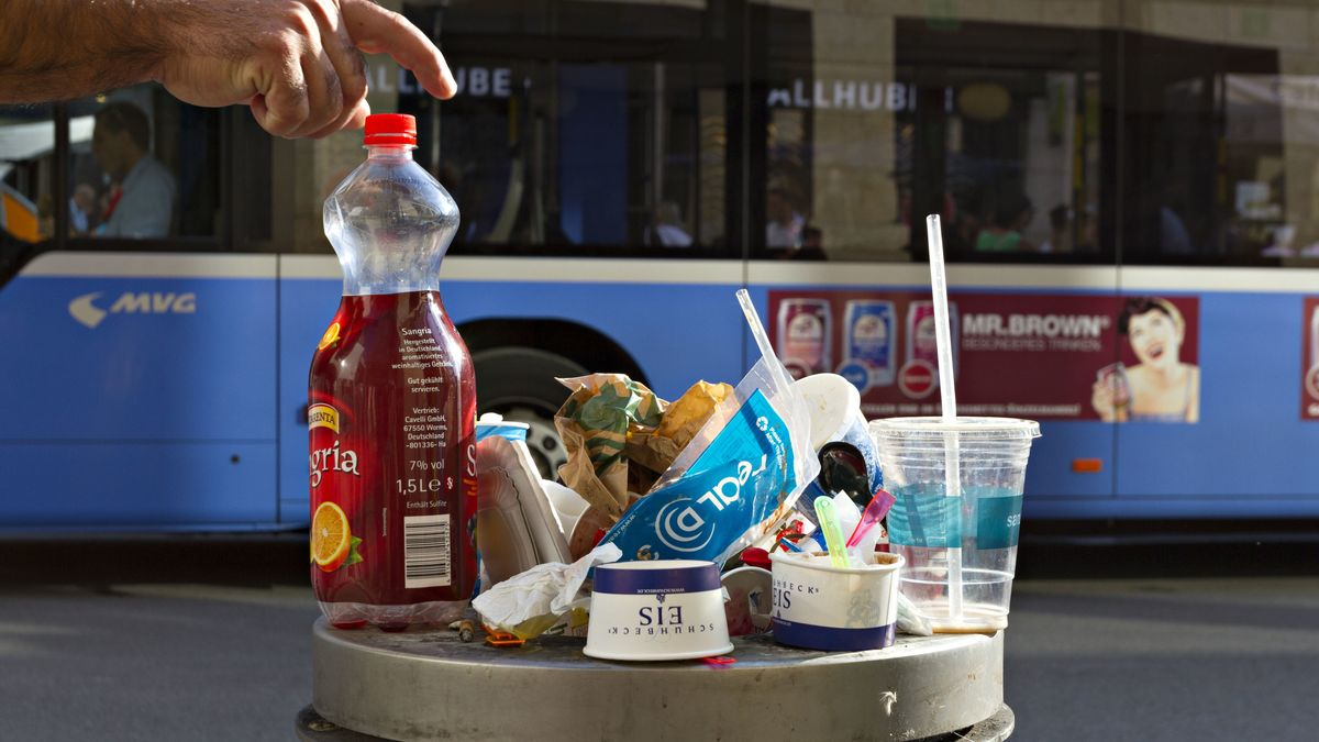Plastikmüll auf einer Mülltonne in München