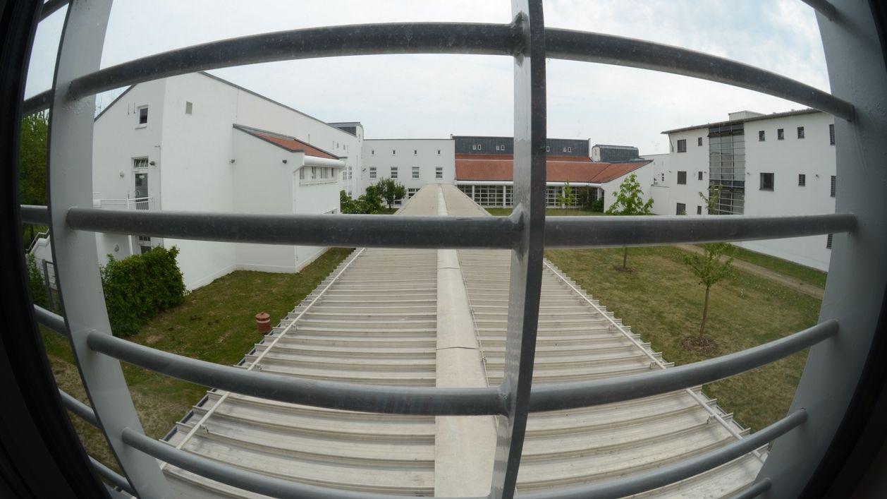 Ein Fenster mit Gitter in der Forensisch-Psychiatrischen Klinik in Straubing