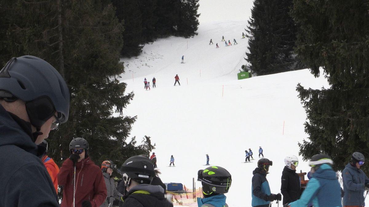 Skifahrer vor der Piste in Oferschwang-Gunzesried.