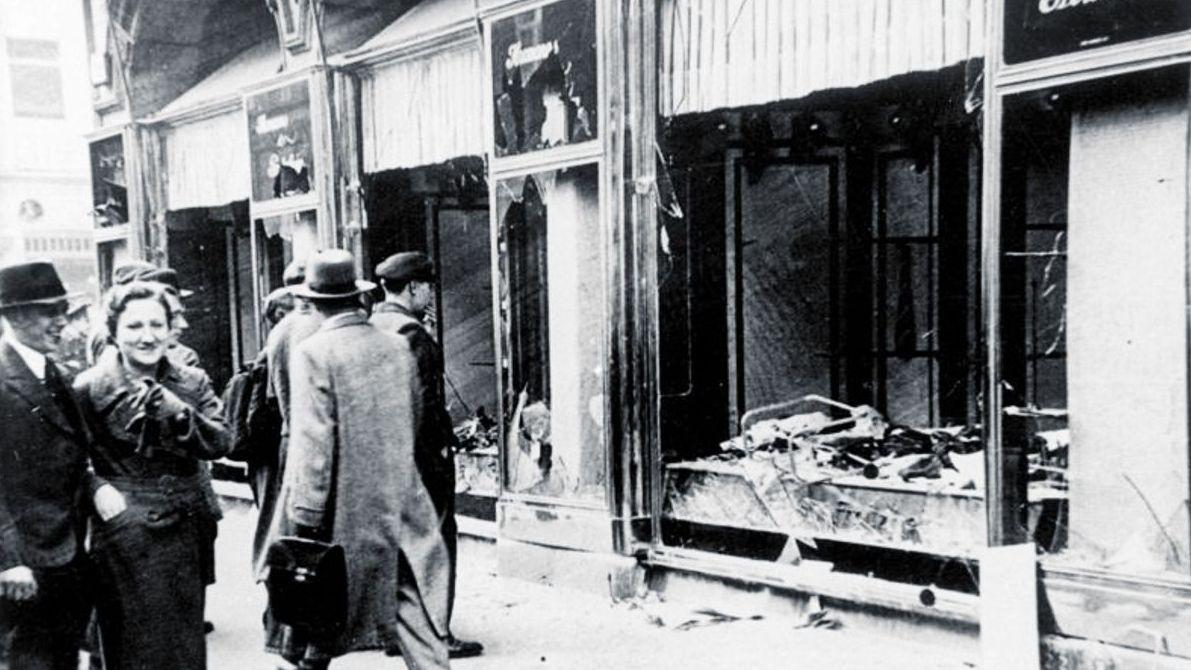 In der Reichspogromnacht wurden jüdische Geschäfte, Wohnungen und Einrichtungen zerstört.