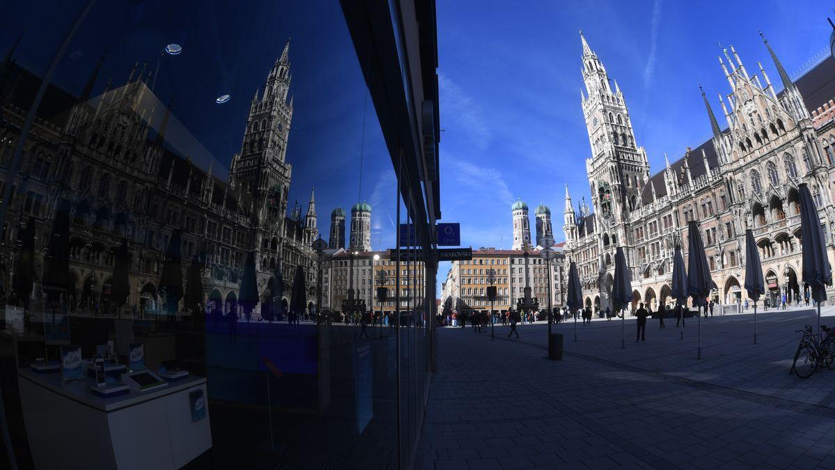 Münchner Rathaus spiegelt sich im Schaufenster