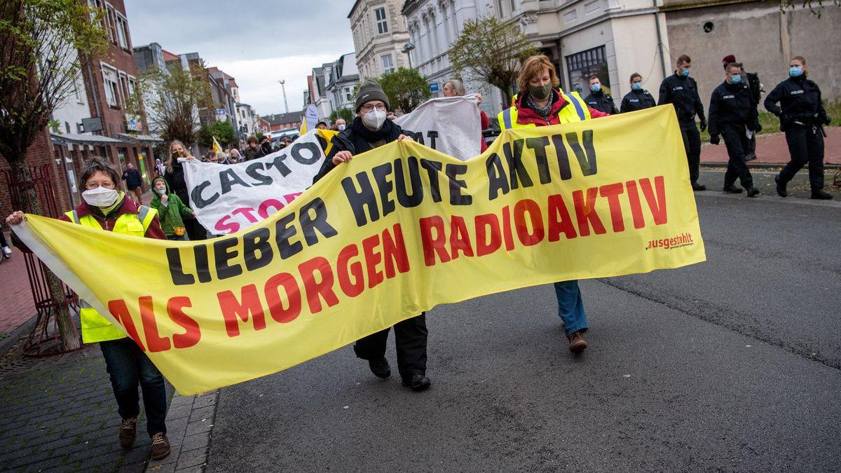 Atomkraftgegner demonstrieren.