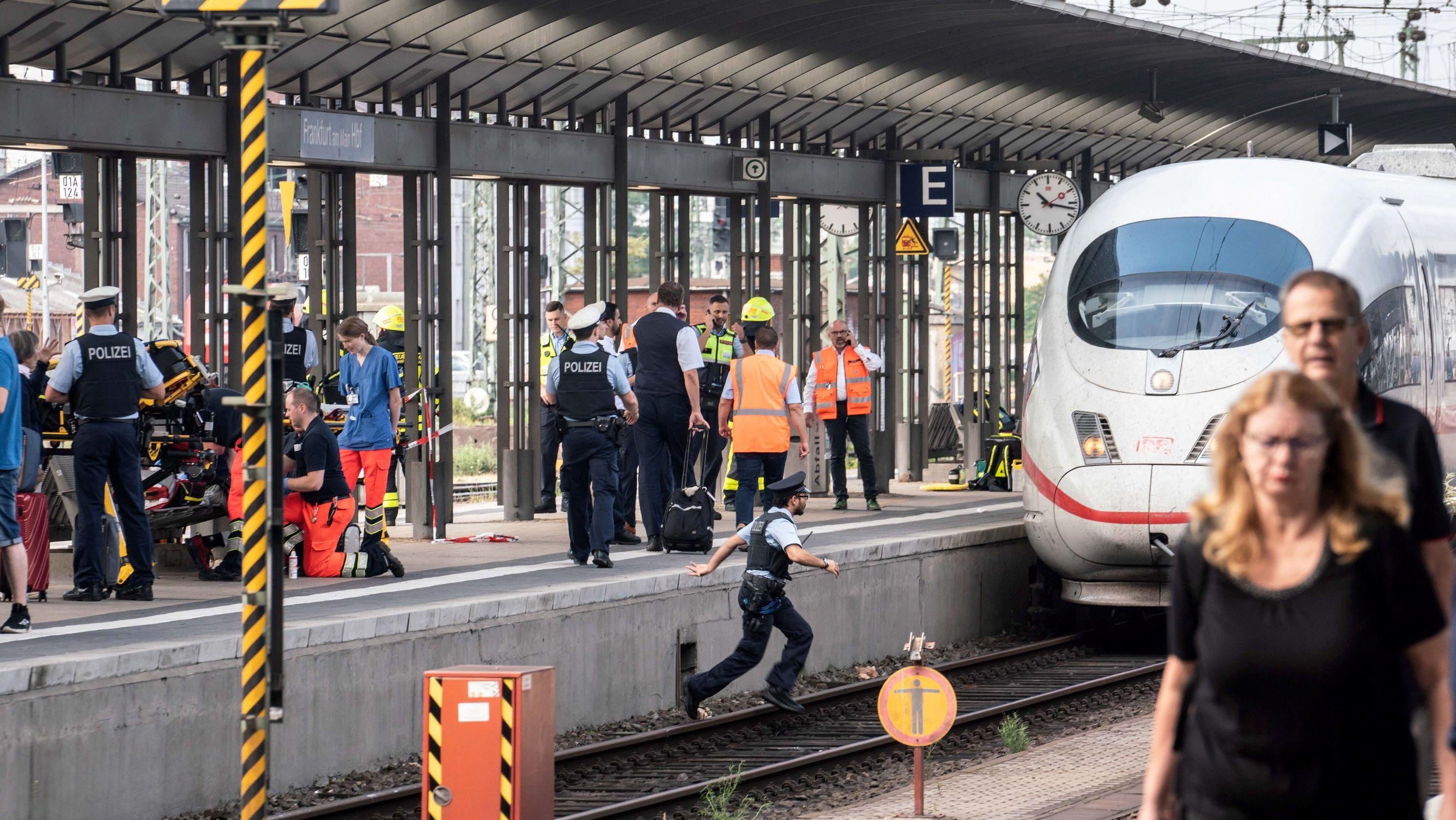 Ein ICE steht am Gleis 7 des Frankfurter Hauptbahnhofs, nachdem es bei der Einfahrt des Zuges zu einem tödlichen Zwischenfall mit einem achtjährigen Kind kam