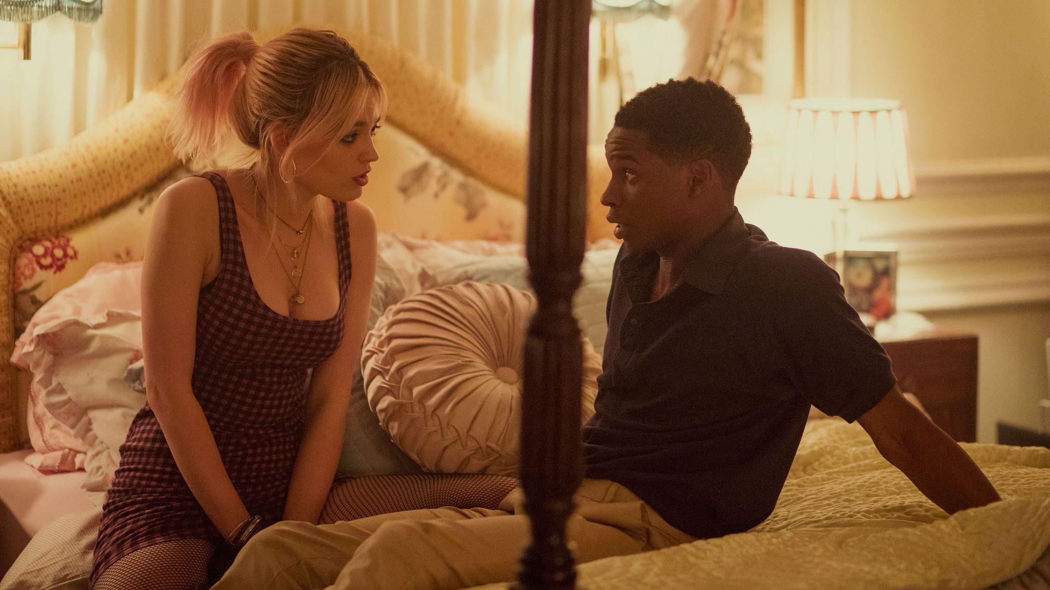 Zwei Darsteller aus der Serie Sex Education unterhalten sich auf dem Bett.