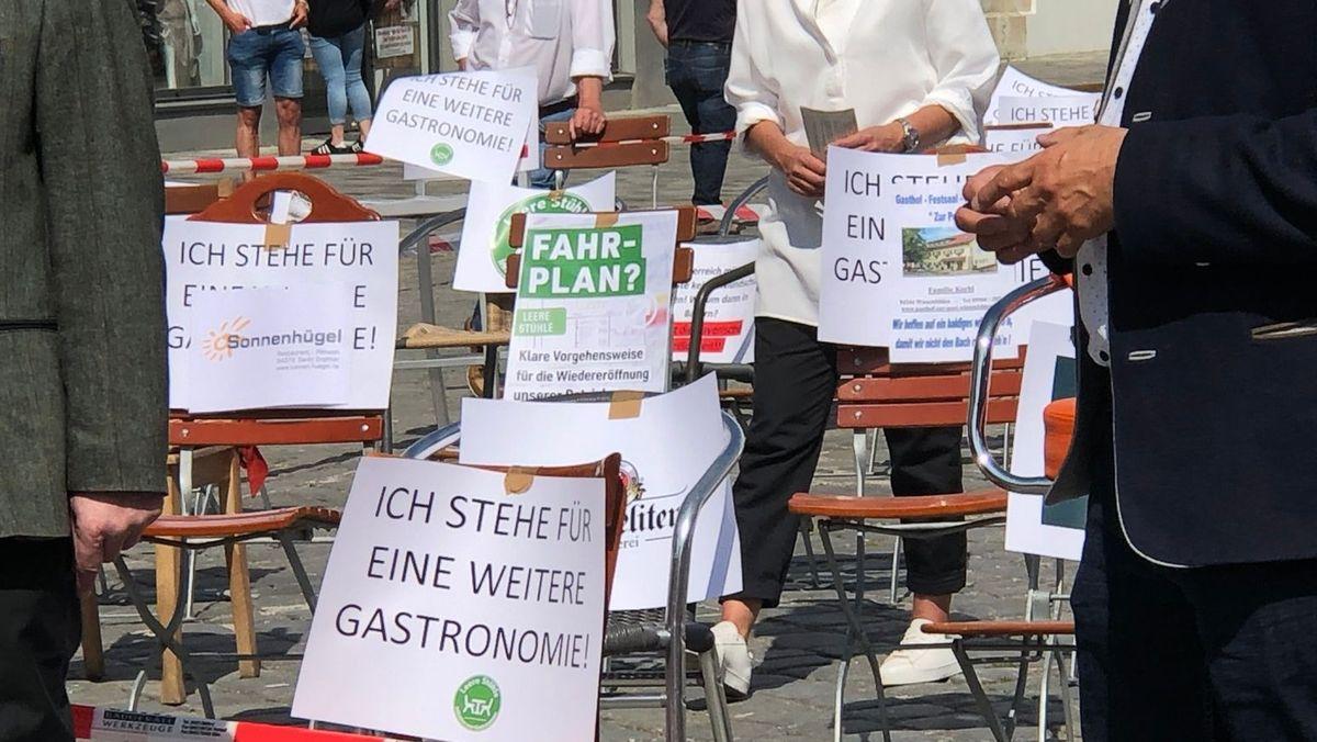 """Aufnahme von der Aktion """"Leere Stühle"""" in Straubing"""