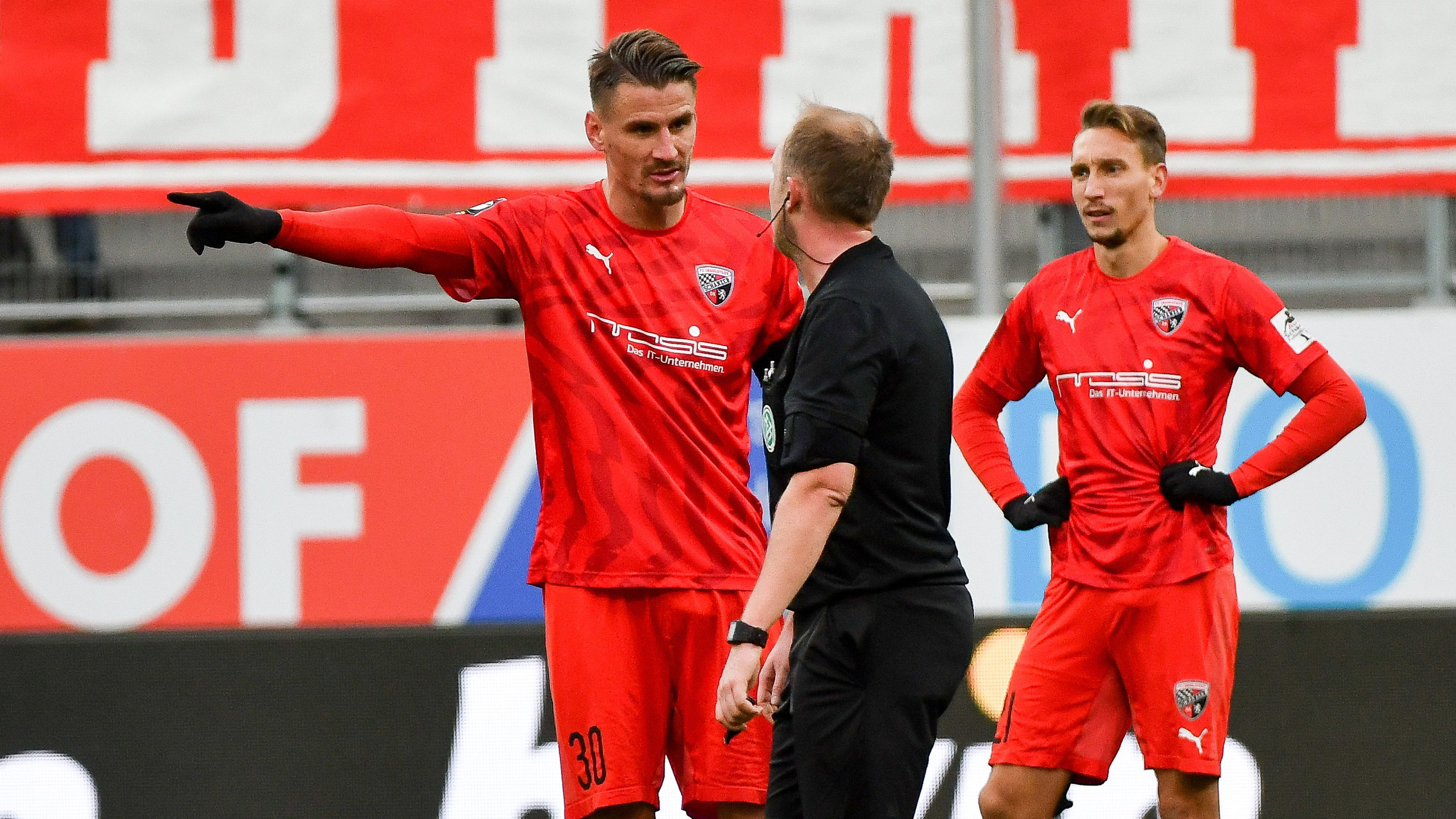 Ingolstadts Stefan Kutschke beschwert sich beim Schiedsrichter im Spiel gegen Meppen