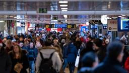 Wartende am Bahnhof   Bild:BR-Bild / Peter Steffen