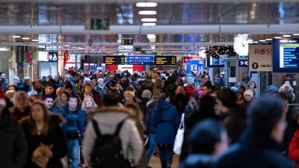 Wartende am Bahnhof | Bild:BR-Bild / Peter Steffen