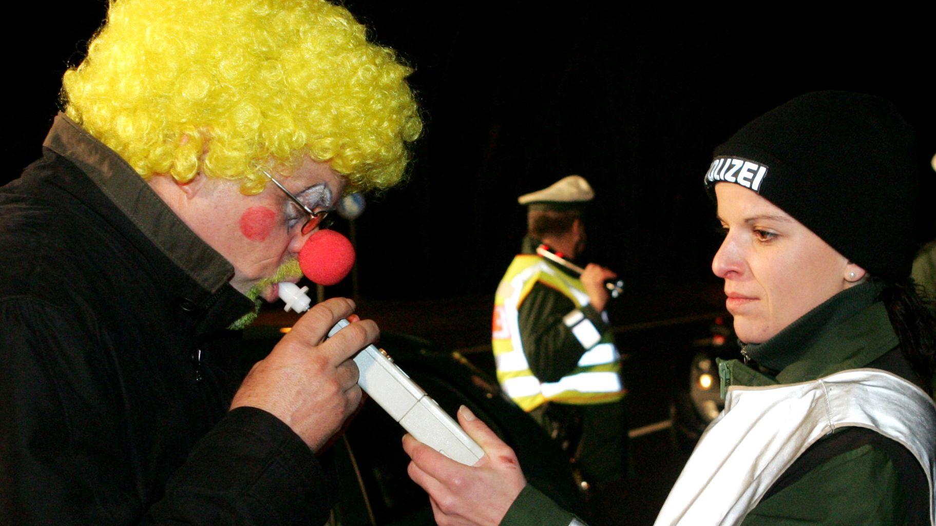 Bunt geschminkter Clown muss einen Alkoholtest absolvieren.
