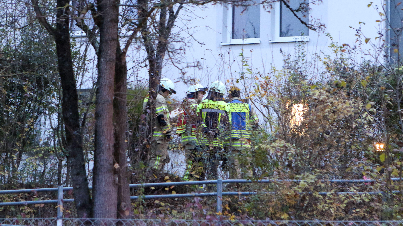 Feuerwehrleute in Hersbruck vor dem Don Bosco Haus, in dem es gebrannt hatte.